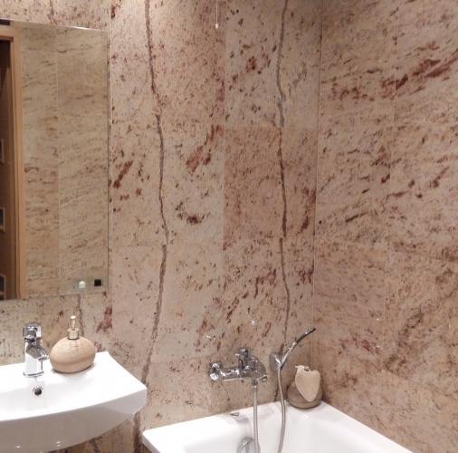 Łazienka wykonana z płytek granitowych Shivakashi.