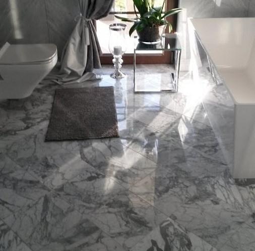 Bianco Carrara – płytki polerowane w łazience.