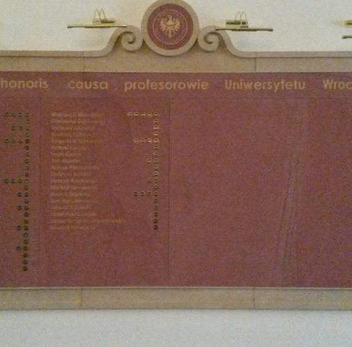 Piaskowiec żołty i czerwony – tablice pamiatkowe.